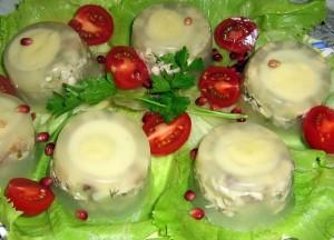 Заливное из салата с курицей с овощами и яйцом