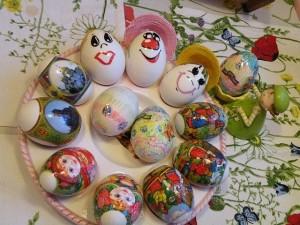 На пасхальном праздничном столе –  крашеные яйца