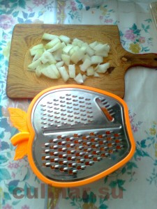 Гуляш – режу кубиками и натираю на крупной терке морковь