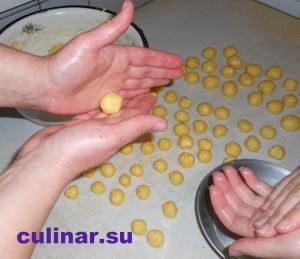 Катаем руками из теста шарики