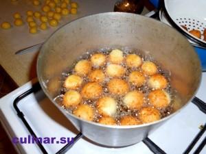 жарить творожные шарики, пол литра подсолнечного масла.