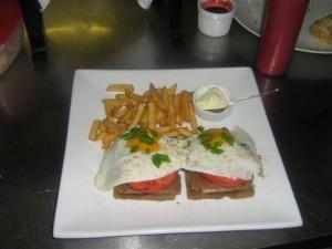 копченое мясо,томаты гриль,сыр и жареные яйца  подается с картофелем фри