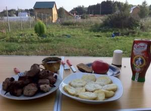 Стряпать обед на даче