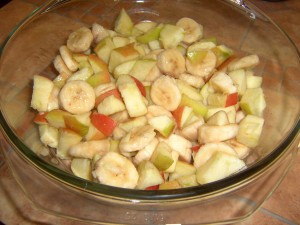 Бананы порежьте колечками, а яблоки некрупными  дольками