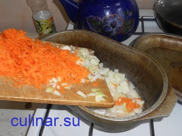 Во время добавляем морковь и лук куриному плову
