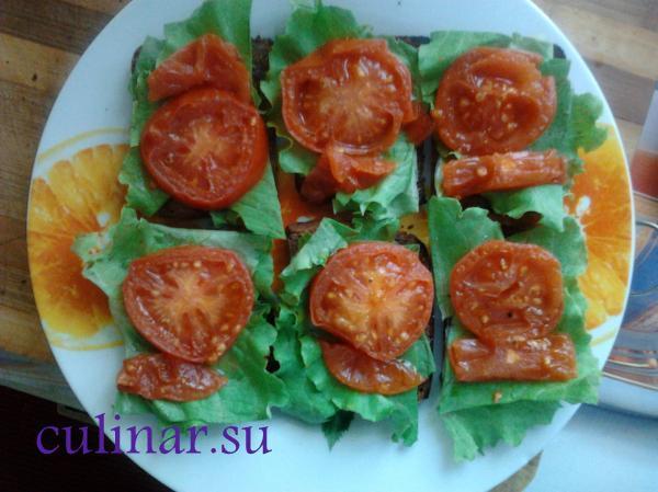 Брускета с салатом и помидором
