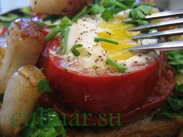 Завтрак украинского холостяка: яичница со шкварками, овощами и гренками