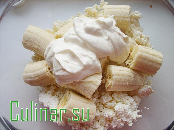 Творожно-банановый десерт с безе