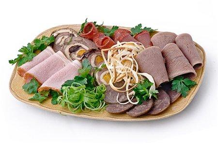 Вареная колбаса и копченые колбасы, особенности украшения праздничной нарезки
