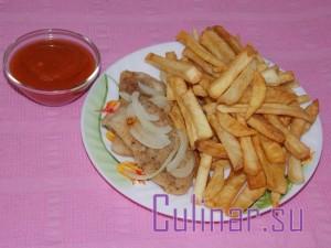 Морской язык: жареный с гарниром из картофеля фри с томатным соусом